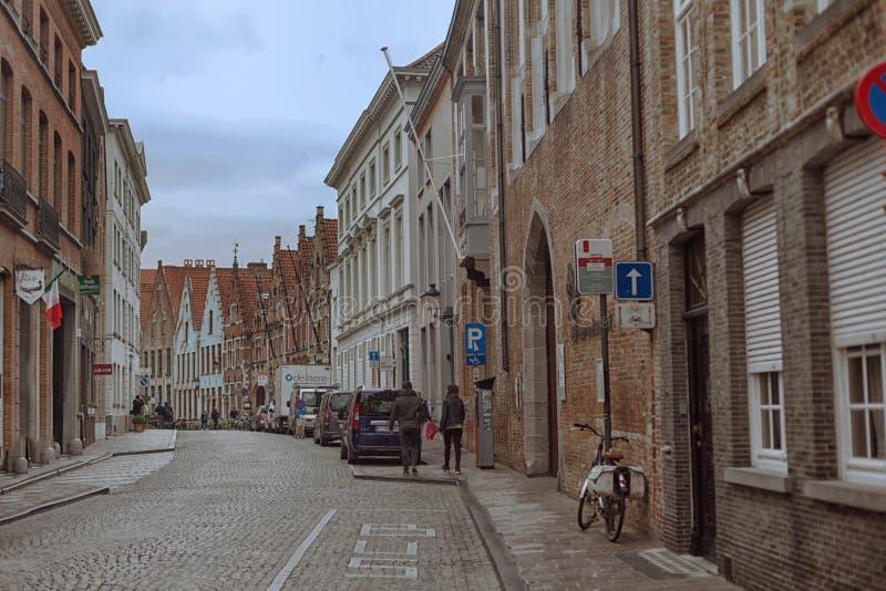 De herfststraat in Brugge stock afbeelding