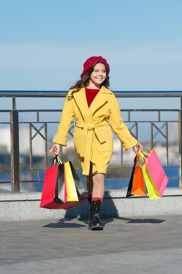 De herfsttendens meisje met aankoop in het winkelen zakken Het winkelen dag Gelukkig meisje De jong geitjemanier ziet eruit styli stock afbeeldingen