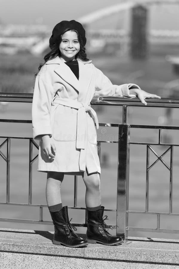 De herfsttendens Meisje openlucht De Schoonheid van de manier de lenteweer Gelukkig meisje De manier van de jong geitjelente Modi royalty-vrije stock foto