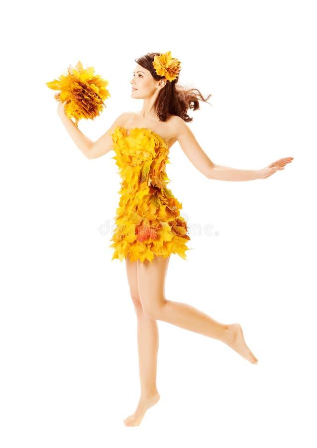 De herfstvrouw in manierkleding van esdoornbladeren over wit royalty-vrije stock afbeeldingen