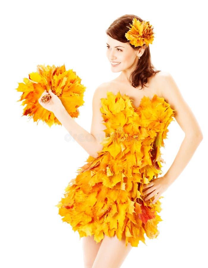 De herfstvrouw in manierkleding van esdoornbladeren over wit royalty-vrije stock foto