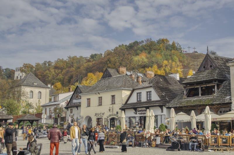 De herfstweekend in een toeristenstad Kazimierz Dolny stock foto