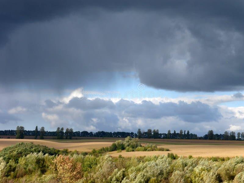 De de herfstwind drijft donderwolken stock afbeeldingen