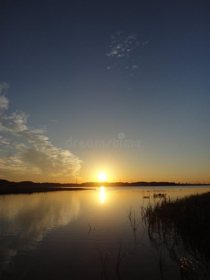 De herfstzonsondergang bij Teganuma-Meer, Japan royalty-vrije stock foto