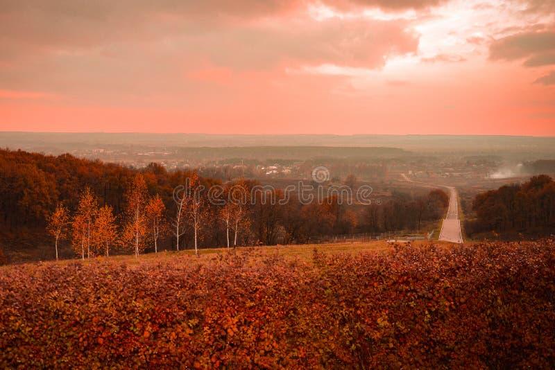 De herfstzonsondergang op de berg royalty-vrije stock afbeeldingen