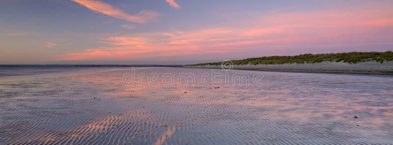 De herfstzonsondergang van het Strand van het Westenwittering, West-Sussex, het UK stock foto