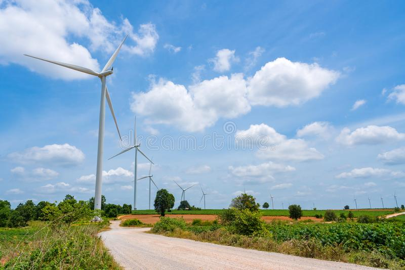 De de hernieuwbare energiebronzomer van de windturbine met blauwe hemel royalty-vrije stock foto's