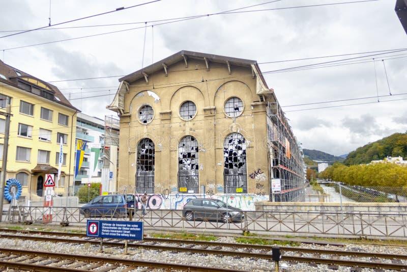 De herstelde oude bouw dichtbij het station in Vevey, Switzer stock fotografie
