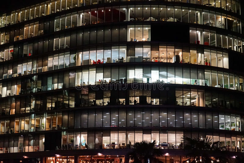 De het bureaubouw van Londen bij nacht wordt verlicht die stock fotografie