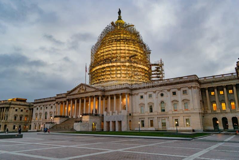 De het Capitoolbouw van de V.S. bij Schemer stock foto's