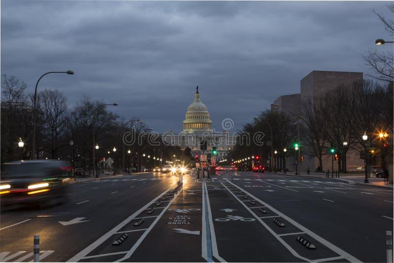 De het Capitoolbouw van de V.S. met het Ave van Pennsylvania bij schemer royalty-vrije stock foto