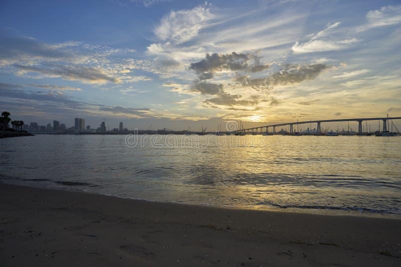 De het dagen zon gluurt door wolken boven de mariene de laagnevel van Californië royalty-vrije stock foto's