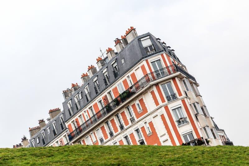 De het dalen huisillusie in Montmartre-heuvel, Parijs stock foto