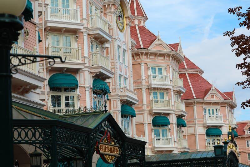 De het Disneyland Hotel en Ingang aan Disneyland Paris stock afbeeldingen