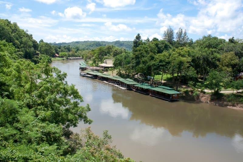 De het Drijven toevlucht van het huisverblijf op Khwae Noi River met Bergmening, is een rivier in westelijk Thailand bij Kanchana stock foto