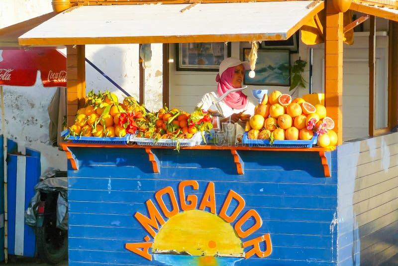 De het fruitkiosk van Marrakech een vrouw bereidt sappen voor royalty-vrije stock foto's