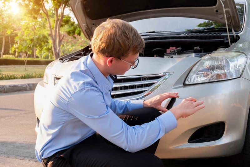De het gebruikstelefoon van de verzekeringsagent neemt een fotoauto na ongeval, Verzekeringsconcept royalty-vrije stock foto
