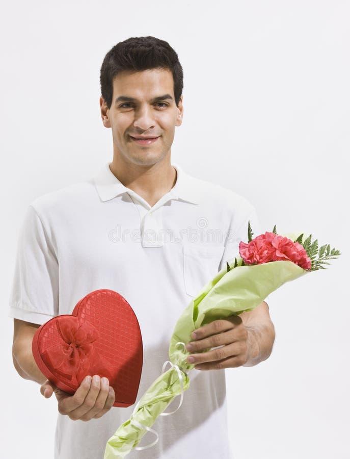 De het gelukkige Suikergoed en Bloemen van de Holding van de Mens stock fotografie