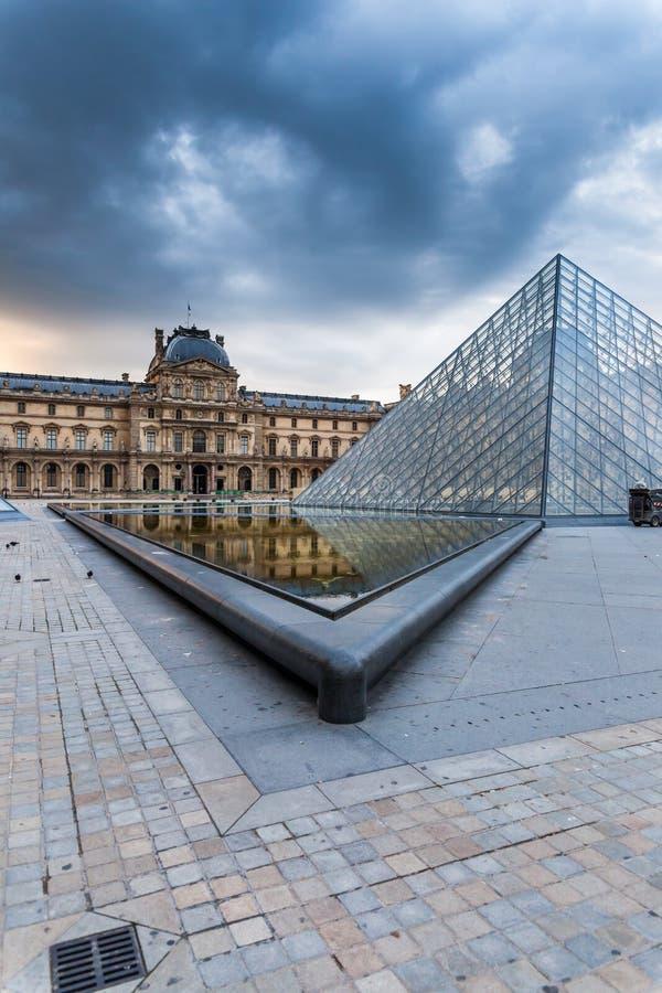 De de het glaspiramides en gebouwen van het Louvremuseum stock foto's