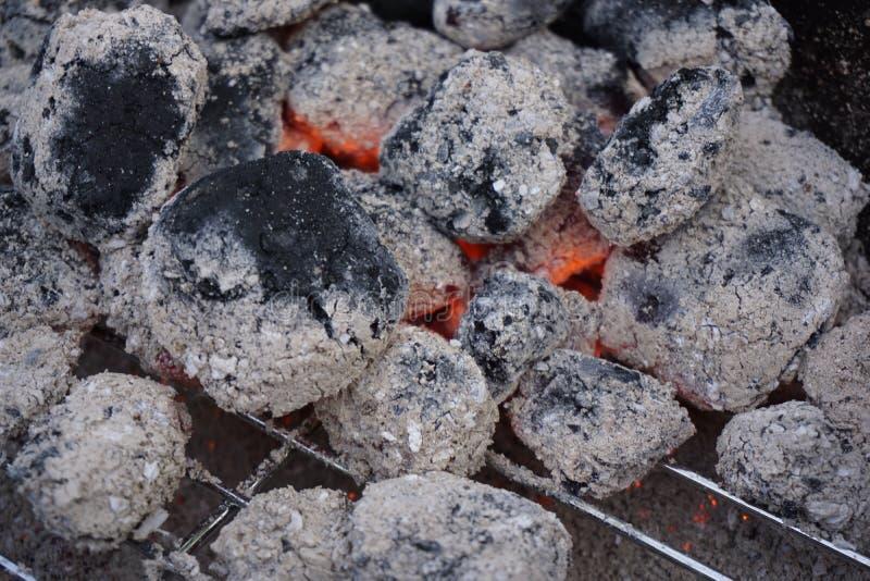 de het gloeien stukken van houtskool liggen op de grill royalty-vrije stock foto's