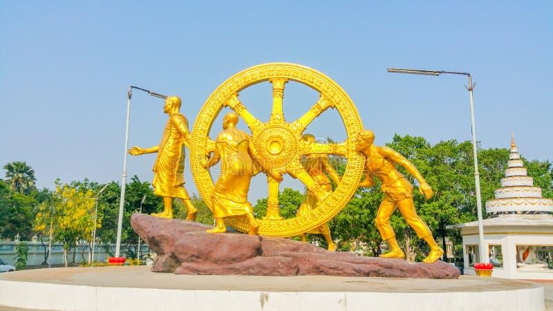 De het gouden standbeeld en mensen van Boedha stock fotografie