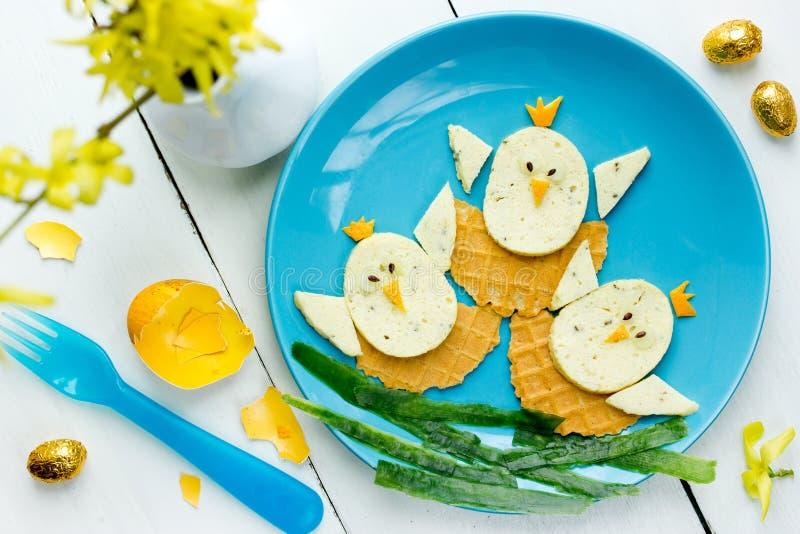 De het grappige ontbijt of lunch van Pasen voor jonge geitjes stock foto