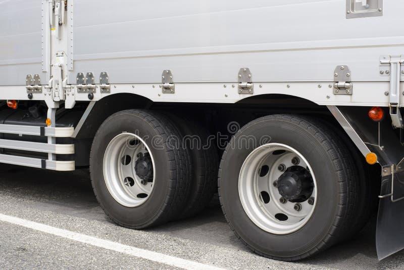 De het grote wiel en band van de leveringsvrachtwagen stock foto's