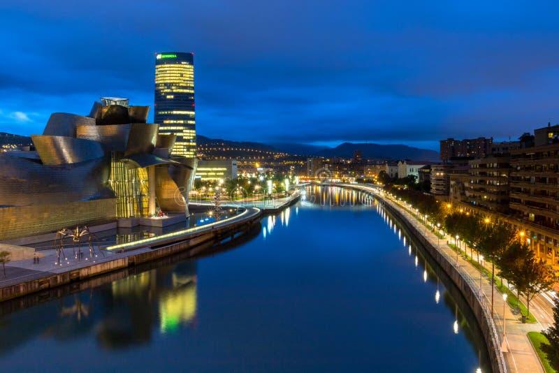 De het Guggenheim-Museum en Nervion-Rivier in 's nachts Bilbao royalty-vrije stock foto's
