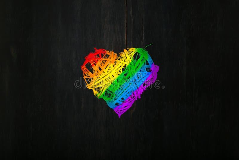 De het hartkroon van liefdevalentijnskaarten in regenboogtrots kleurt donkere backg royalty-vrije stock afbeeldingen