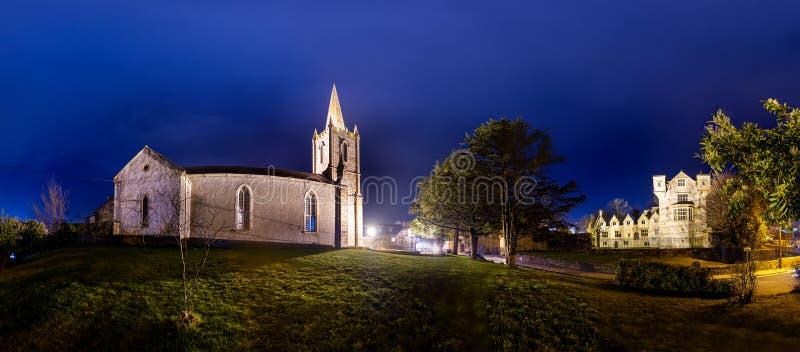 De het historische kasteel en kerk van Donegal in de stad van Donegal bij nacht - Provincie Donegal, Ierland royalty-vrije stock afbeeldingen