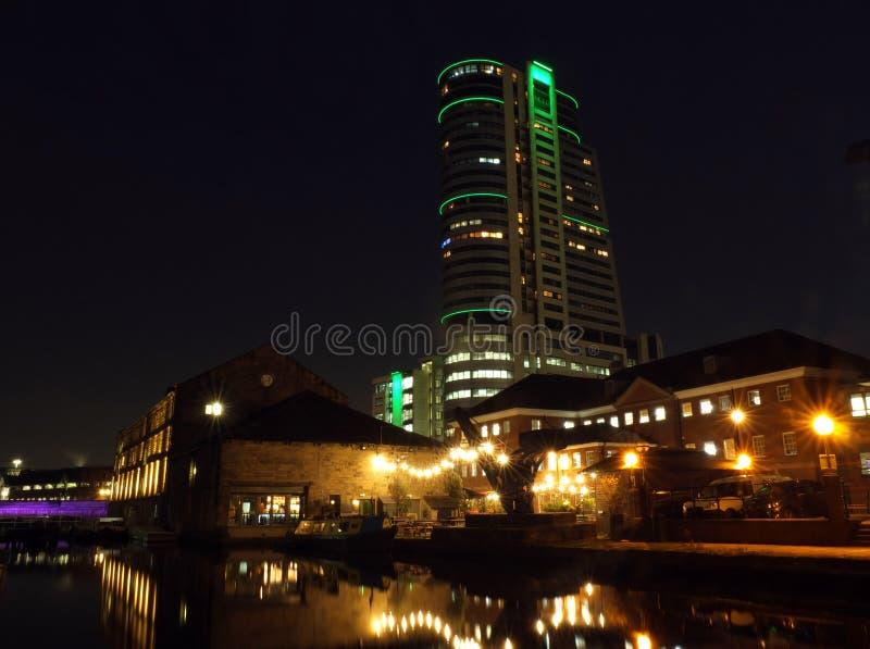 de het kanaalwerf van Leeds bij nacht met helder verlichte gebouwen en het slot dat in het water wordt weerspiegeld en bridgewate royalty-vrije stock afbeeldingen