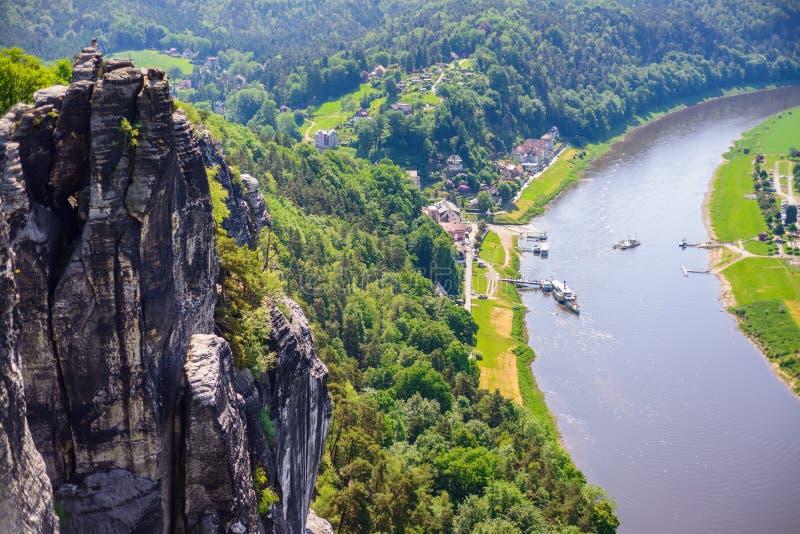 De het kleine dorp en Elbe rivier verbinden voor Bastei-zandsteenrotsen in Saksisch Zwitserland, Dresden, Duitsland royalty-vrije stock afbeelding