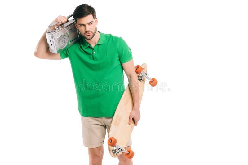 de het knappe skateboard en bandrecorder van de jonge mensenholding royalty-vrije stock afbeelding