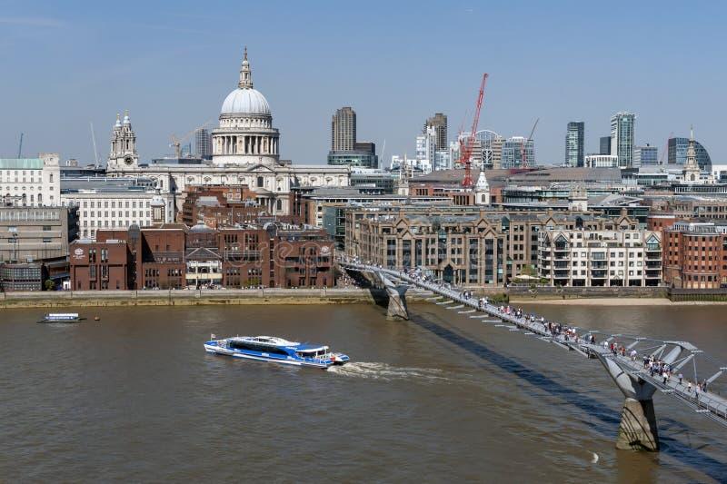 De het Millenniumbrug van Londen, een opschortingsvoetgangersbrug die die de Rivier Theems in Londen en St Paul Cathedral kruisen royalty-vrije stock afbeeldingen
