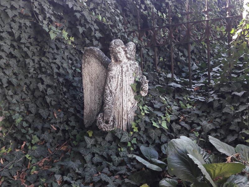 De het museuminauguratie van Praag vernieuwde het gotische standbeeld van ossuariumwevers deathes met engelenstandbeeld royalty-vrije stock afbeeldingen