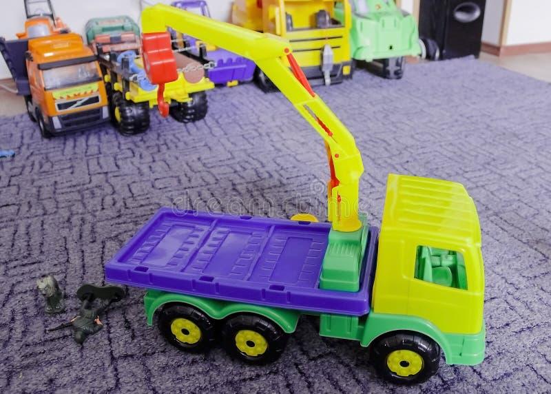 De het opheffen kraan, het houten stuk speelgoed van kinderen kleurrijk royalty-vrije stock afbeelding
