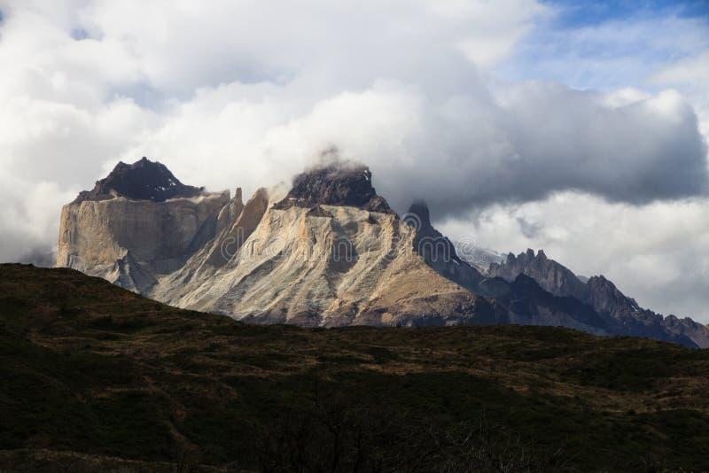 De het opleggen graniettorens als Cuernos Del Paine, Torres Del Paine National Park, Patagonië worden bekend dat stock foto