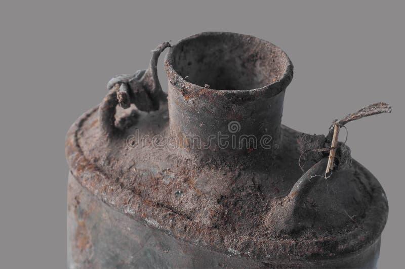 De het oude militaire vuile flesvoedsel en container van de drankopslag, isoleren royalty-vrije stock fotografie