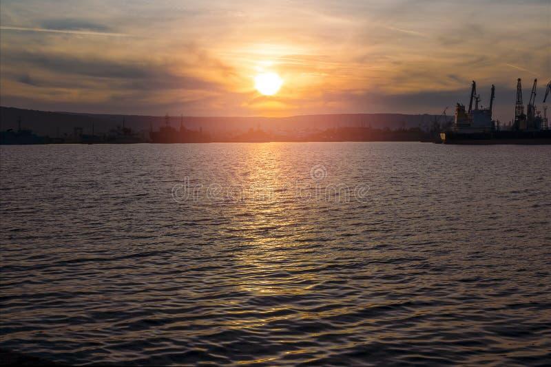 De het plaatsen zon denkt in het water van de zeehaven na royalty-vrije stock foto