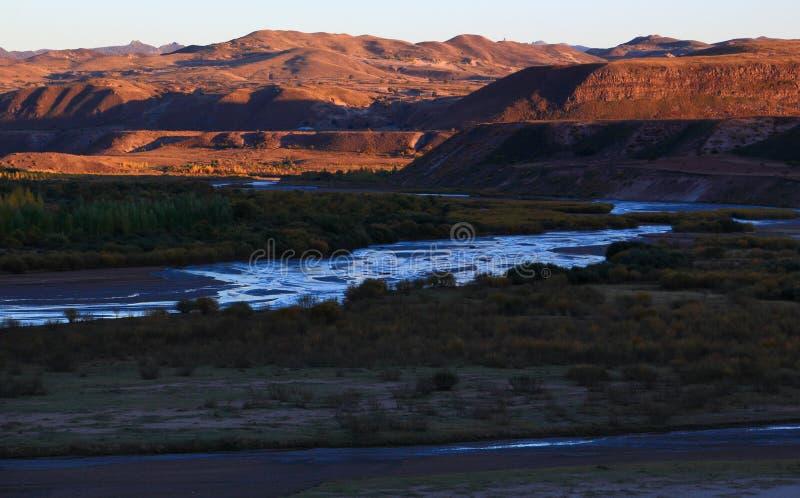 De het plaatsen zon glanste op de bergen royalty-vrije stock foto