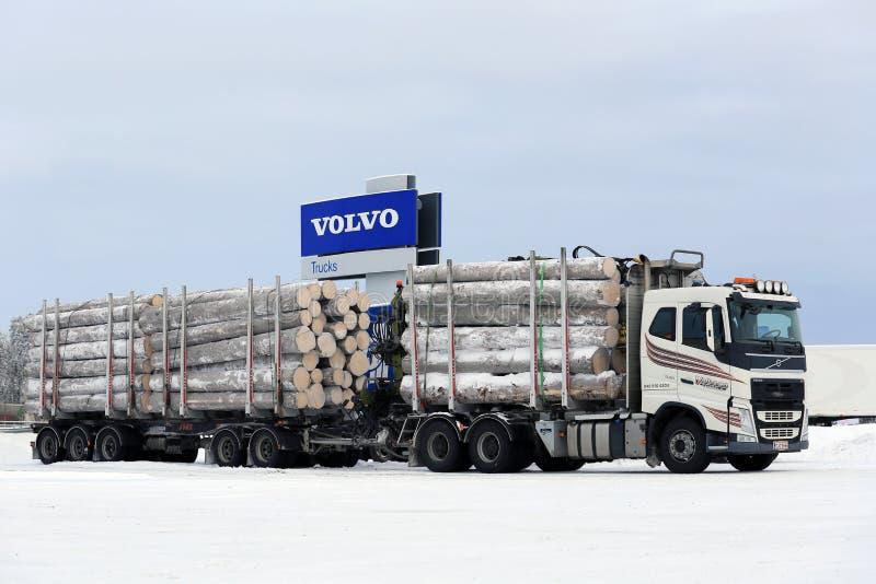 De het Registrerenvrachtwagen van Volvo FH vervoert Grote Houtlading stock afbeelding