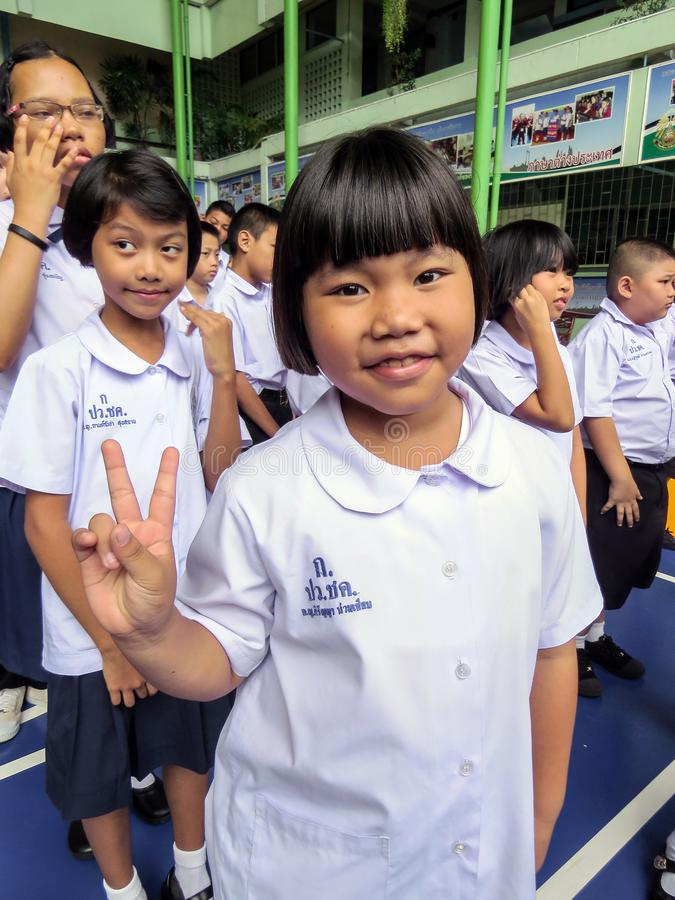 De het secundaire onderwijsstudenten van Thailand bevinden zich in lijn in de ochtend met school eenvormig in Azië royalty-vrije stock afbeeldingen