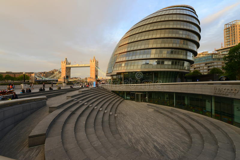 De het stadhuisbouw van Londen naast de Torenbrug stock foto