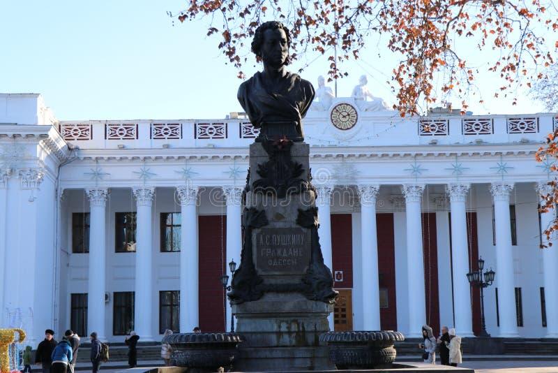 De het stadhuisbouw van Odessa met het monument aan Alexander Pushkin stock afbeeldingen