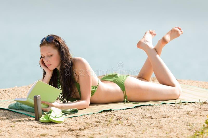 De het strandvrouw van de zomer ontspant met boekbikini royalty-vrije stock fotografie