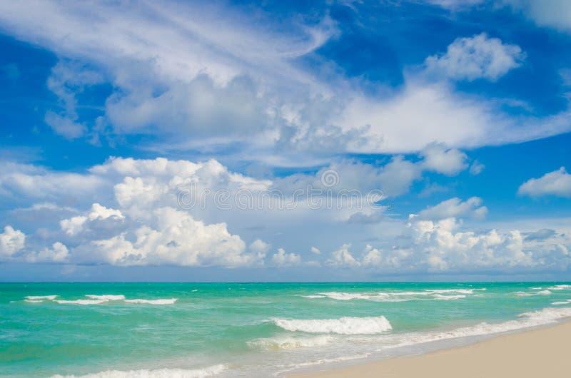 De het tropische strand en oceaan van Miami stock afbeelding