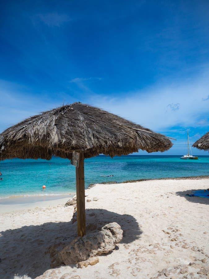De het tropische Strand en paraplu van Aruba stock afbeelding