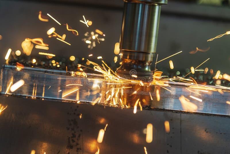De het verwarmen spaander op CNC machinaal bewerkend centrum van slijtage van de werktuigen royalty-vrije stock afbeeldingen