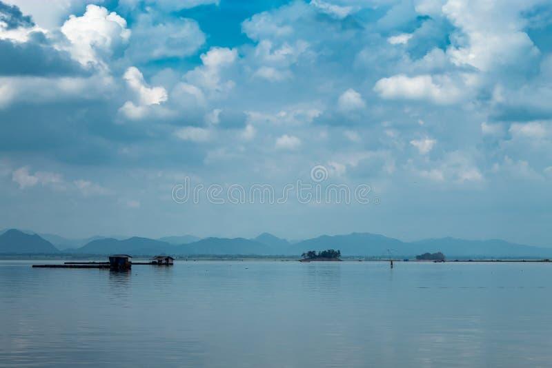 De het vlot het drijven kweken van vis en hemel in Krasiew-dam, Supanburi royalty-vrije stock foto