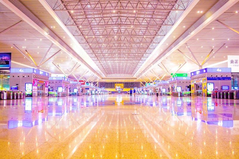 De het wachten zaal van de hogesnelheidstrein bij de post van het zhengzhouoosten bij middernacht is schitterend maar leeg royalty-vrije stock fotografie
